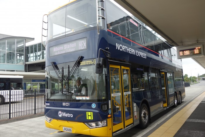 通勤のときに乗る二階建てバス