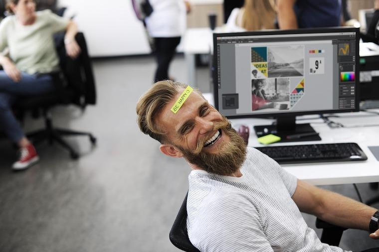 オフィスで楽しく働く男性
