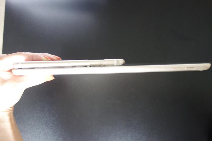 323fa6f680 一緒に持ってみると厚みはあまり変わらないかも。(iPhoneにはケースが着いています)