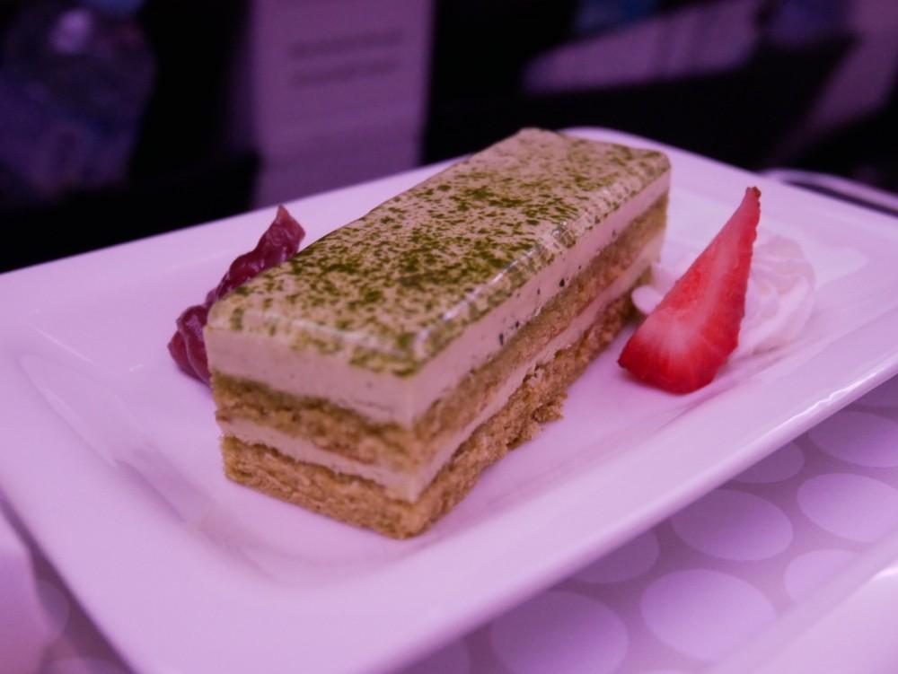 ニュージーランド航空プレミアムエコノミー 機内食(夕食)デザートの抹茶シフォンケーキ