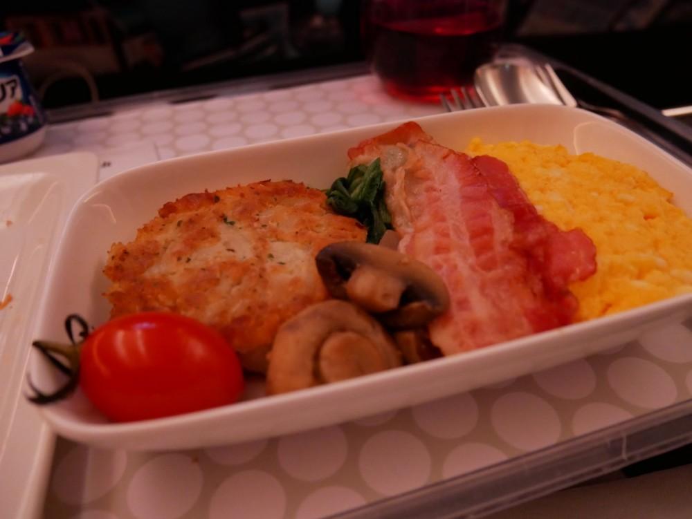 ニュージーランド航空プレミアムエコノミー 機内食(朝食)スクランブルエッグとハッシュドポテト