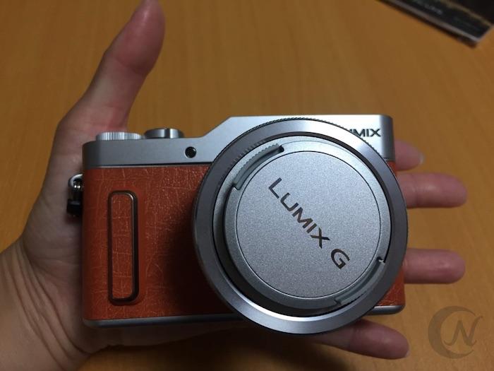 LUMIX GF10は本体が手のひらに乗るくらいコンパクト