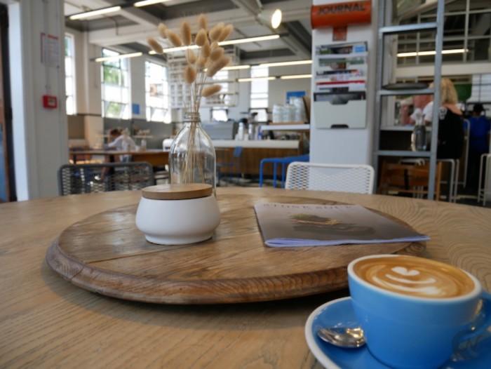 標準レンズを使って撮影したコーヒー